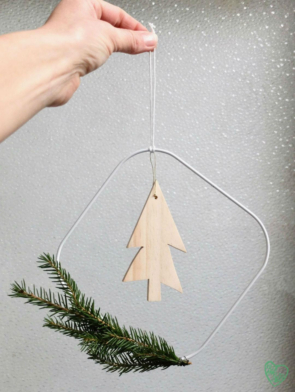 Kerstkrans met houten boompje en kerstgroen, 10voortwaalf - Villa Appelzee