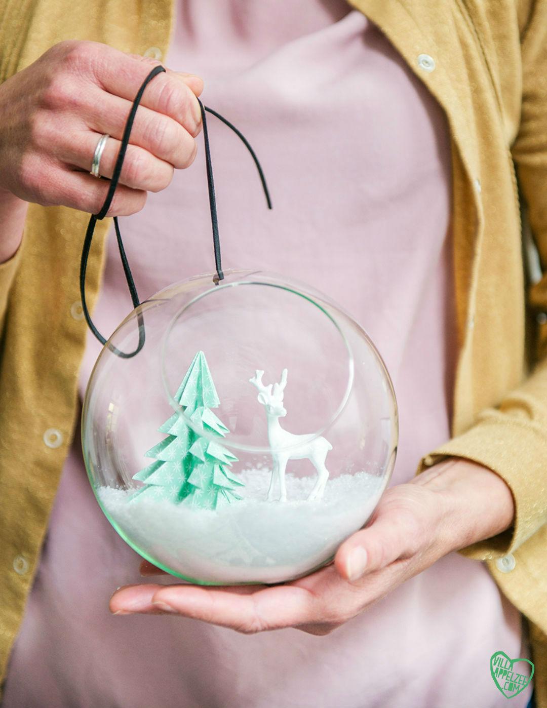 DIY mini-kerstboompje van papier in glazen bol met sneeuw - Villa Appelzee