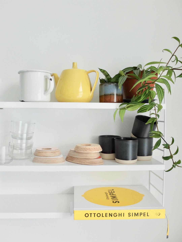 Rekje met gele theepot en kookboek Simpel van Ottolenghi
