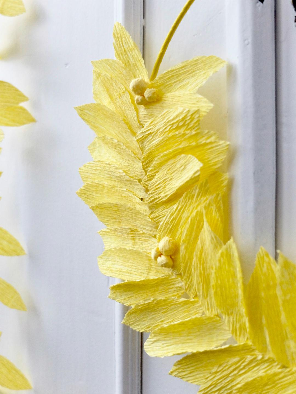 Detail van krans in geel crêpepapier