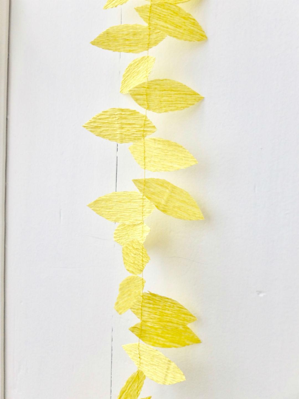 Detail van slinger in geel crêpepapier