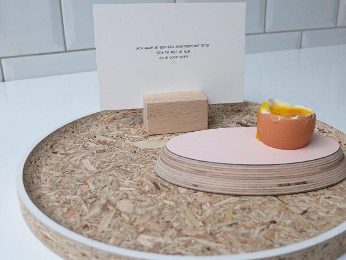 Dienblad, roze eierdop, kaarthouder en kaartje in keuken, 10voortwaalf