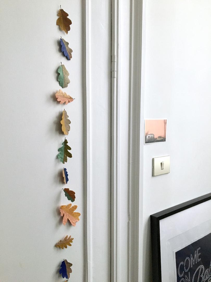 Slinger van gedroogde herfstbladeren, geverfd met acrylverf
