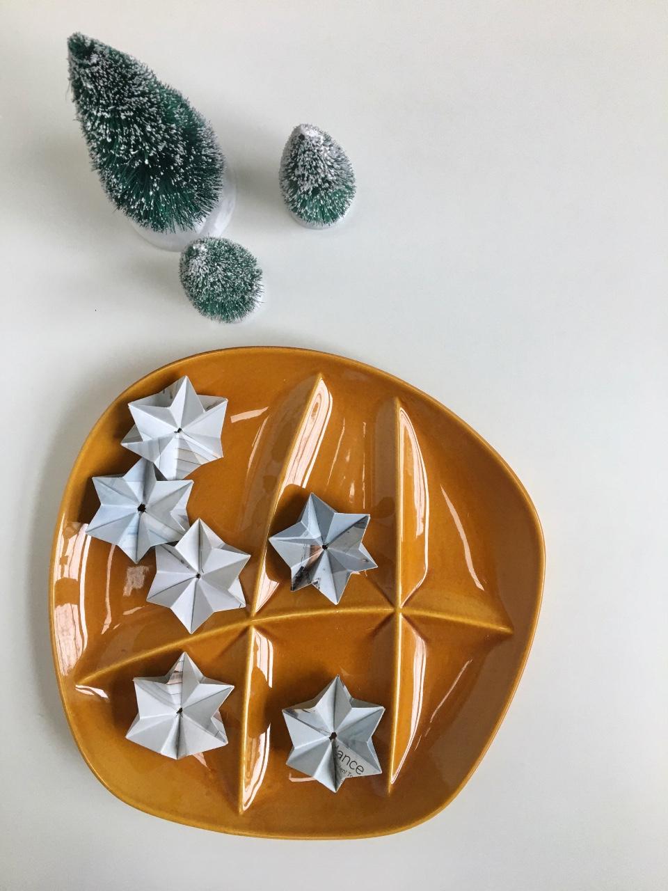 Origami sterren uit papier op vintagebord